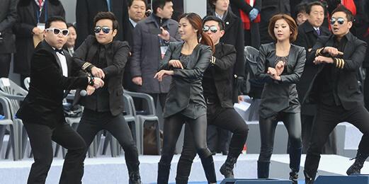 2013년 박근혜 대통령 취임식 때 공연을 하는 가수 싸이