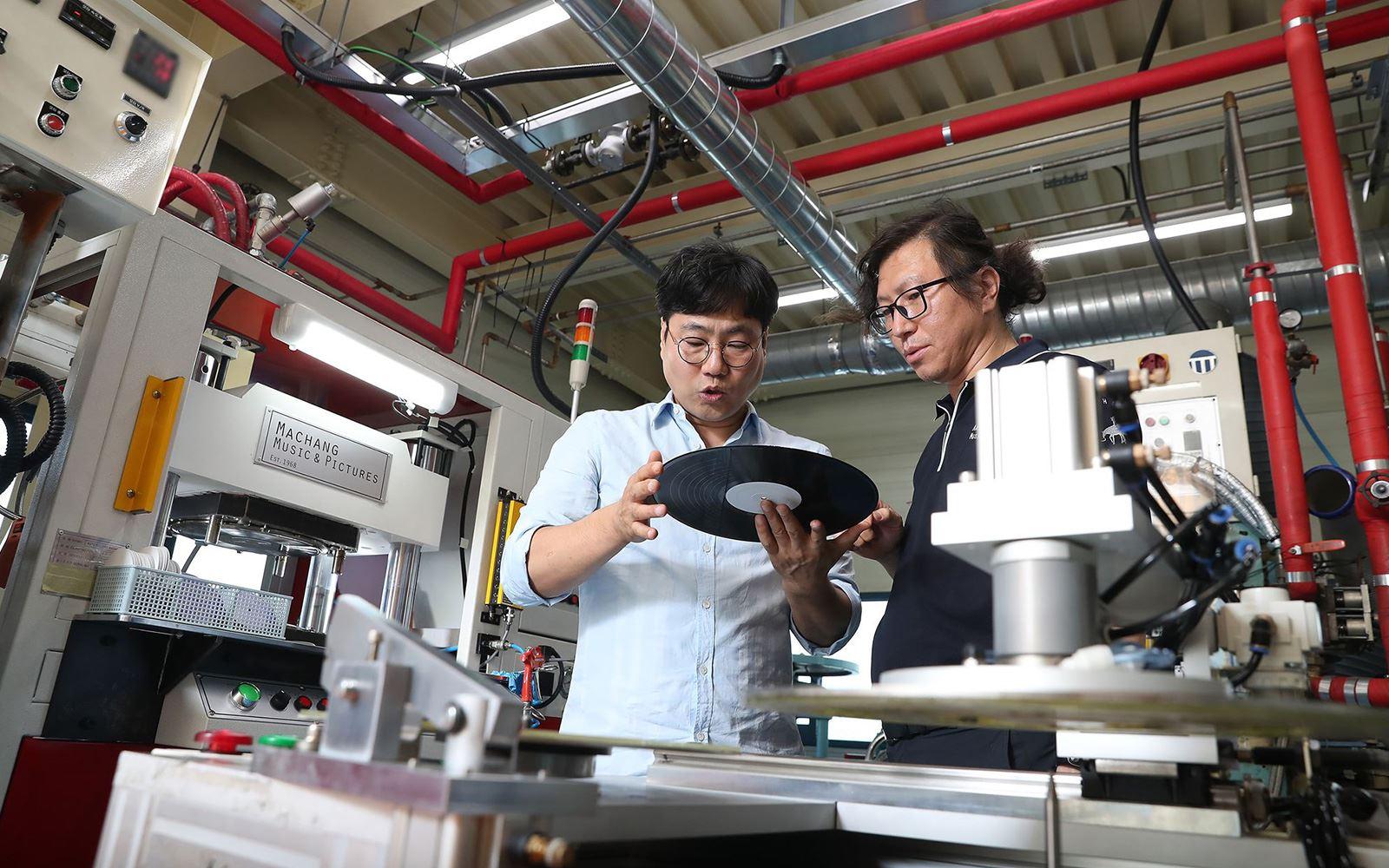 2004년 국내에서 사라졌던 레코드(LP)판 공장을 최근 되살린 바이닐팩토리 하종욱(왼쪽) 대표.