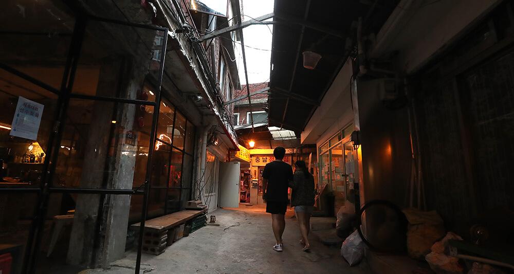 오래된 정육점과 세련된 카페가 한자리에 공존하는 해방촌 내 신흥시장의 모습은 변화하는 해방촌의 한 단면이다.