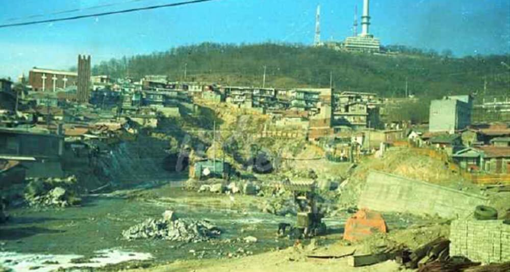 해방촌의 전성기인 70년대 개통된 남산 3호터널 공사현장(1978년). 당시 해방촌은 지금 2배가 넘는 2만 8000명이 거주하는 동네였다.
