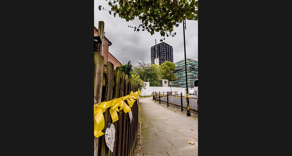 그렌펠타워 주변엔 희생자를 추모하는 노란 리본이 빼곡히 달려 있다.