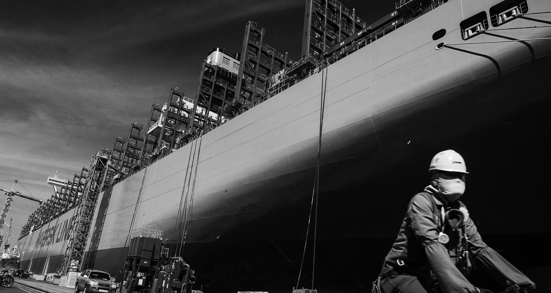 대우조선해양이 건조 중인 컨테이너선. 이 배를 주문한 세계 최대 해운사 머스크도 지난해 적자를 기록했다.