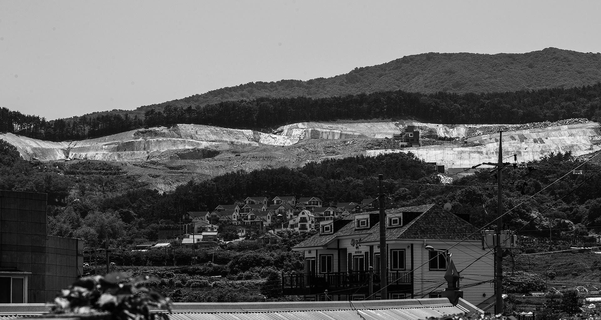 타운하우스를 짓느라 파헤쳐진 거제 외곽의 산. 부동산 버블의 또 다른 단면이다.