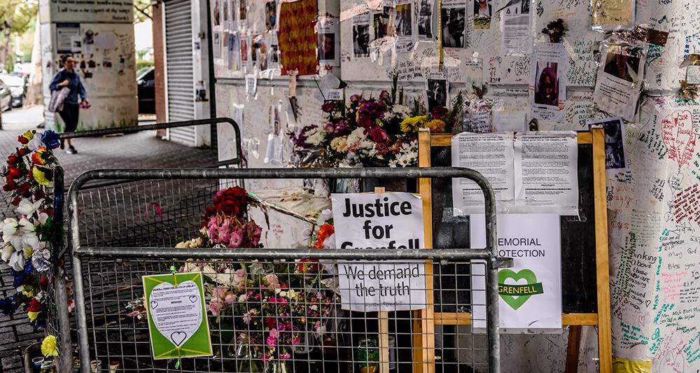 시민들의 추모 메시지로 가득찬 그렌펠타워 인근 추모공간. '그렌펠을 위한 정의 실현(Justice for Grenfell)'이란 문구가 눈에 띈다.