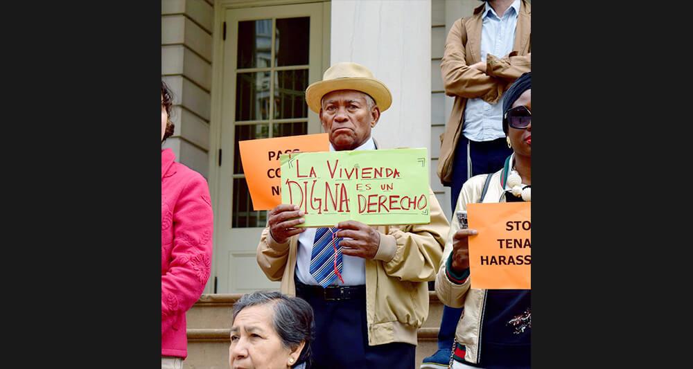 지난 10월 26일, 뉴욕시청 앞에 모여 시위 중인 세입자들. 스페인어로 '안락한 집에 사는 것은 권리다(Decent housing is a right)'이라는 뜻이다. [사진 ANHD]