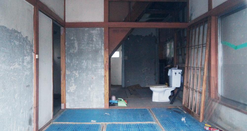 방치된 집 안. 사람이 살지 않아 가재도구 없이 변기만 남아있다.