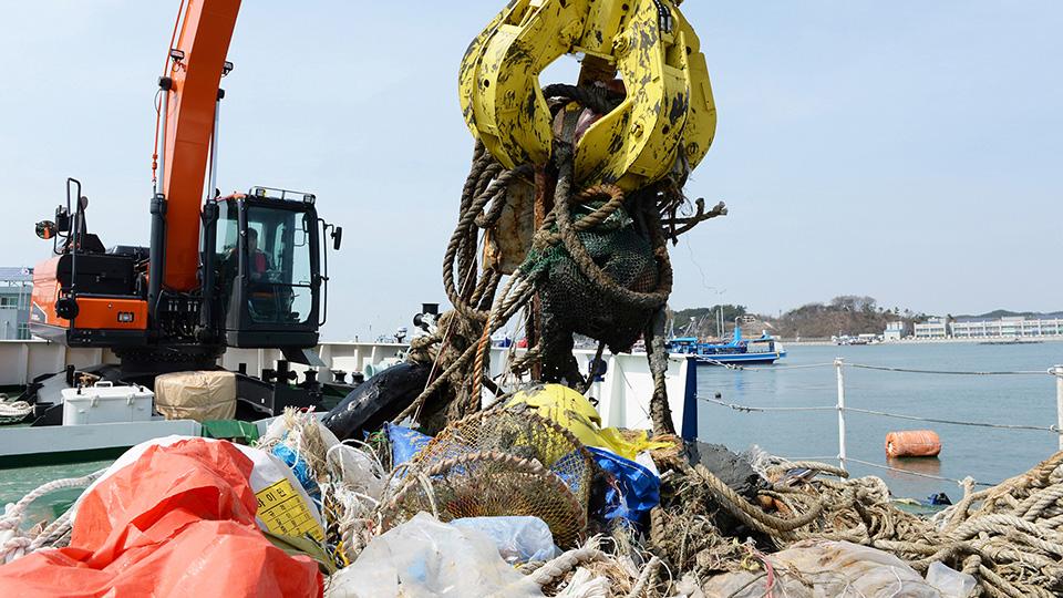 '매년 수백 억 들여 건져내도 오히려 늘어나는 바다 쓰레기' 기사 사진